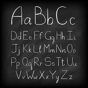Tableau noir lettres de l'alphabet dessinés à la main.