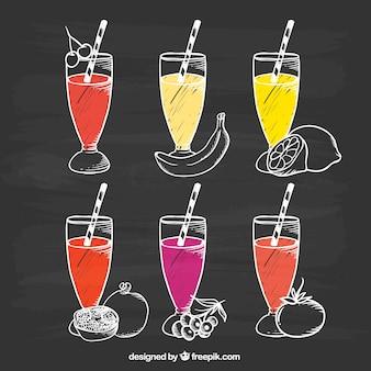 Tableau noir avec six savoureux jus de fruits