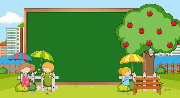 Tableau noir vide dans la scène de la nature avec de nombreux enfants personnage de dessin animé doodle