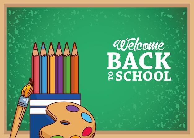Tableau vert avec un pinceau et une palette de crayons de couleur, thème de la classe et de la leçon d'éducation de retour à l'école