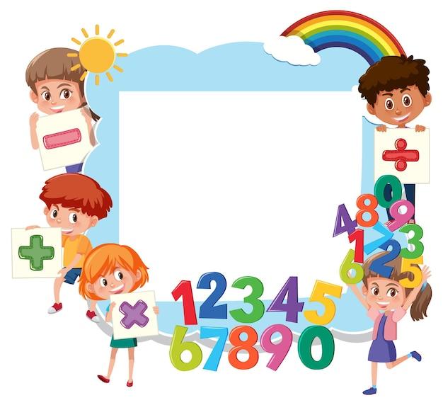 Tableau vide avec des écoliers et des objets mathématiques