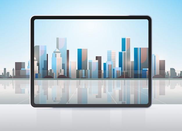 Tablette transparente écran d'ordinateur paysage urbain mur gadgets et appareils réalistes concept