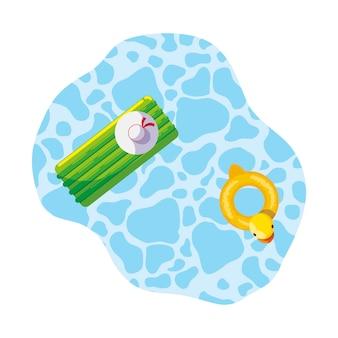 Tampons d'été et canard flottant dans la piscine