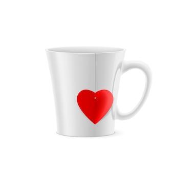 Tasse blanche à fond effilé avec un sachet de thé en forme de coeur