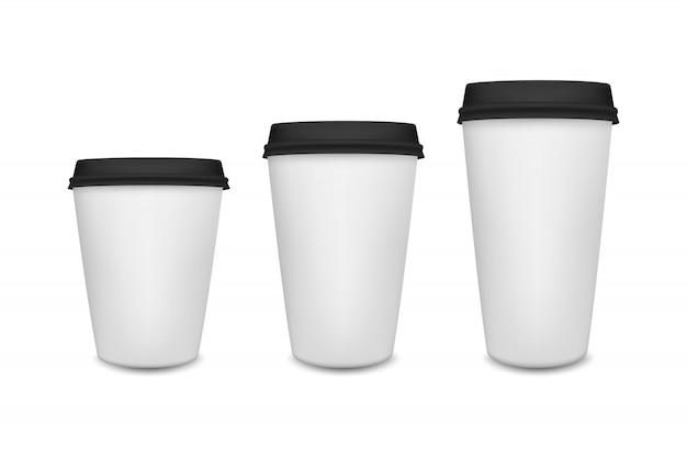 Tasse à café en papier blanc réaliste sur fond blanc. modèle.