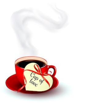Tasse de café rouge avec une note de saint-valentin en forme de coeur.