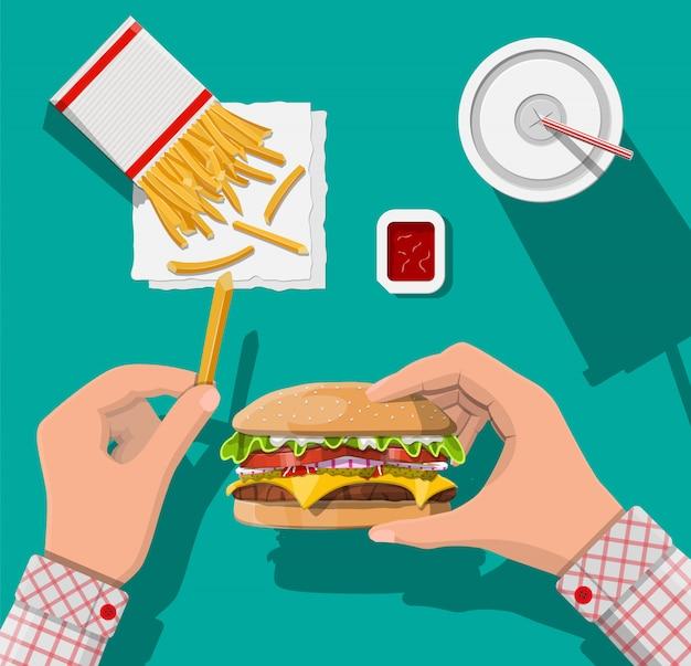 Tasse de cola avec frites et cheeseburger.