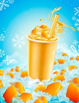 Tasse à emporter de glace à la mangue isolée avec des éclaboussures de liquide et de fruits sur fond glacé bleu