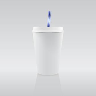 Une tasse de papier blanc vierge avec paille bleue