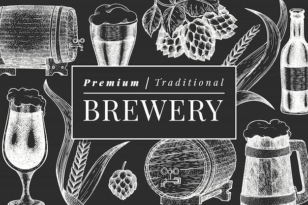 Tasse en verre de bière et modèle de conception de houblon. illustration de boisson de pub dessiné à la main à bord de la craie. style gravé. illustration de brasserie rétro.