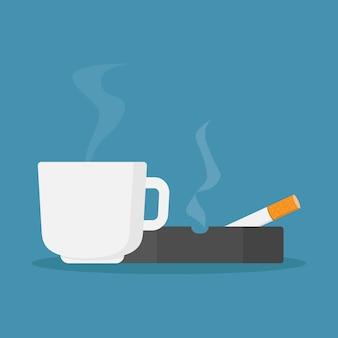 Tasses à café et cigarettes dans le cendrier