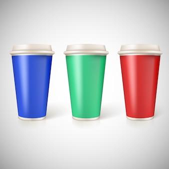 Tasses jetables pour le café, gros plan avec des étiquettes multicolores.