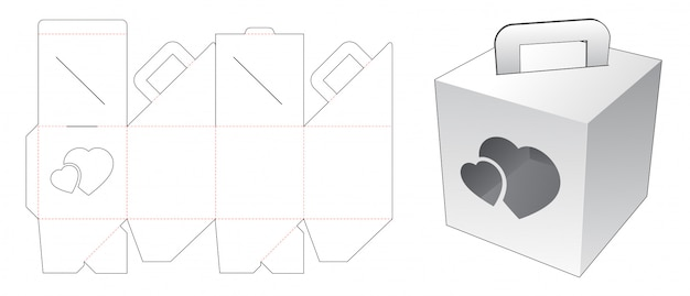 Tenant le carton avec le modèle de découpe de fenêtre coeur