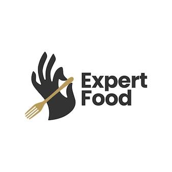 Tenir la main tenant le modèle de logo de nourriture de restaurant de fourchette