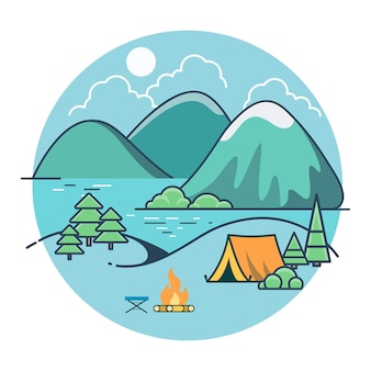 Tente plate linéaire sur la plage du lac entre les arbres et les montagnes, camping d'été. vacances à la campagne, union avec le concept de la nature.