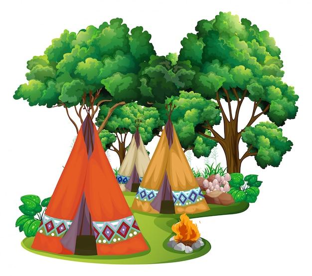 Terrain de camping avec tipis et feu de camp
