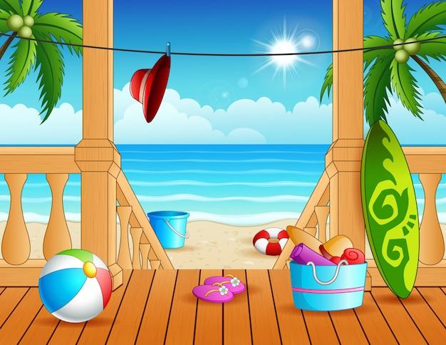 Terrasse donnant sur la plage avec de nombreux jouets