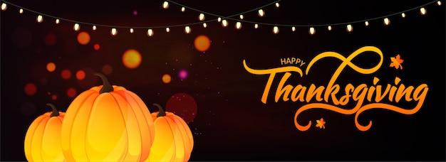 En-tête ou bannière happy thanksgiving avec citrouilles et guirlande lumineuses décorées sur un effet de lumière marron bokeh.