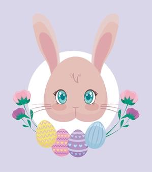 Tête de lapin avec des oeufs de pâques et des fleurs