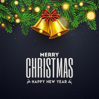 Texte joyeux noël et bonne année avec une clochette dorée, des feuilles de pin et une guirlande lumineuse décorée en gris. carte de voeux .