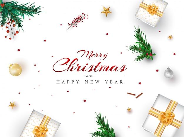 Texte joyeux noël et bonne année avec vue de dessus des coffrets cadeaux, des feuilles de pin, des boules et des baies décorées sur blanc.