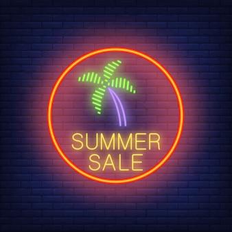Texte de néon et palmier de vente d'été dans le cercle rouge. annonce saisonnière d'offre ou de vente