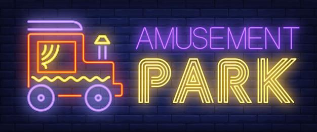 Texte de néon de parc d'attractions avec voiture de jouet