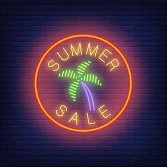 Texte de néon vente d'été avec palmier en cercle. annonce saisonnière d'offre ou de vente