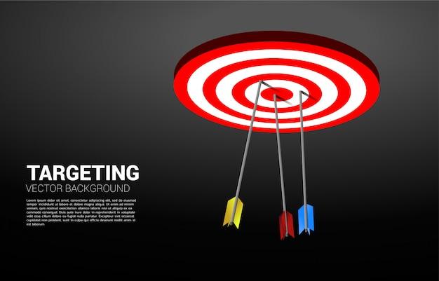 Tir à l'arc multicolore frappé au centre du jeu de fléchettes. concept d'entreprise de cible marketing et client. mission et objectif de vision d'entreprise.