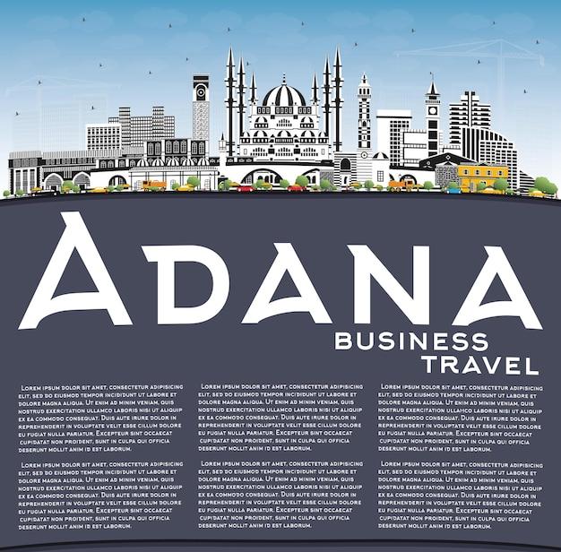 Toits de la ville d'adana turquie avec bâtiments de couleur, ciel bleu et espace de copie