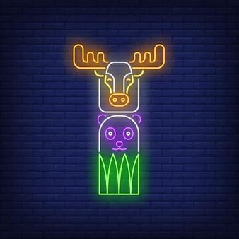Totem avec signe néon et wapiti