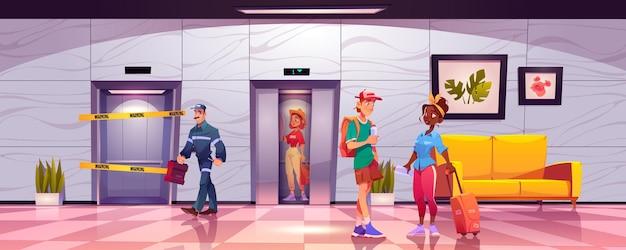Touristes dans le couloir de l'hôtel avec hall d'ascenseur cassé