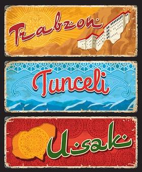 Trabzon, tunceli et usak turquie il, plaques de provinces, bannières vectorielles de monuments touristiques turcs. planches de grunge rétro avec ornement islamique et monastère de sumela dans les montagnes, ensemble de plaques de voyage