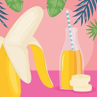 Tranches de banane fraîche jus de fruits en bouteille avec de la paille dans les feuilles des palmiers