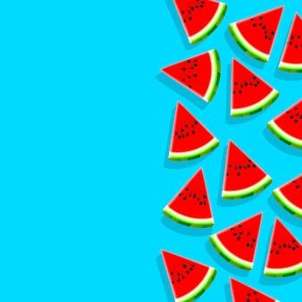 Tranches de pastèque sur fond bleu