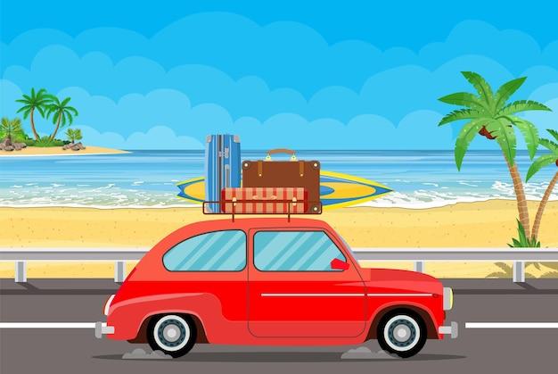 Transport de véhicule avec planche de surf et valises sur une plage de palmiers.