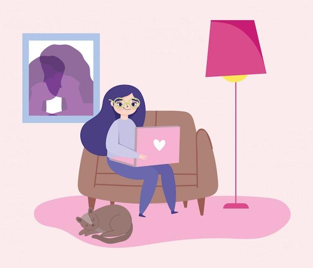 Travail à distance, jeune femme assise avec un ordinateur portable et un chat endormi