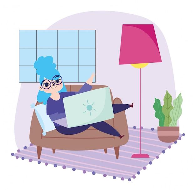 Travail à distance, jeune femme avec des lunettes et un ordinateur portable sur un canapé