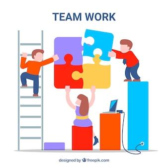 Travail d'équipe amusant avec des personnages et des pièces de puzzle