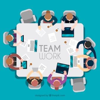Travail d'équipe, table carrée
