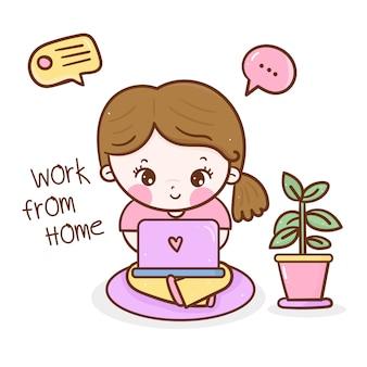 Travail de jolie fille de dessin animé à la maison