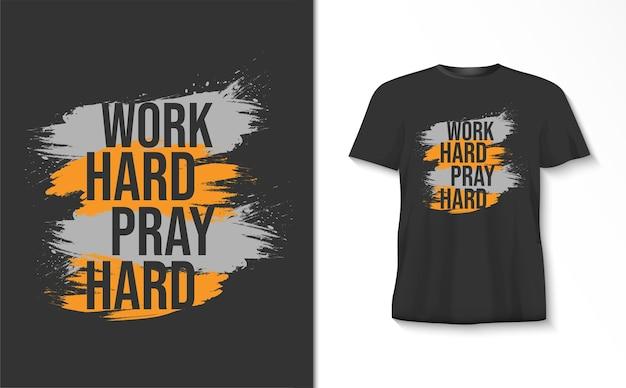Travailler dur prier dur typographie avec un tshirt brosse