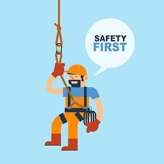 Travailleur et corde de sécurité pour l'escalade, sécurité au travail.