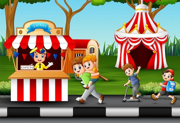 Travailleur d'enfants et de personnes heureux au parc d'attractions