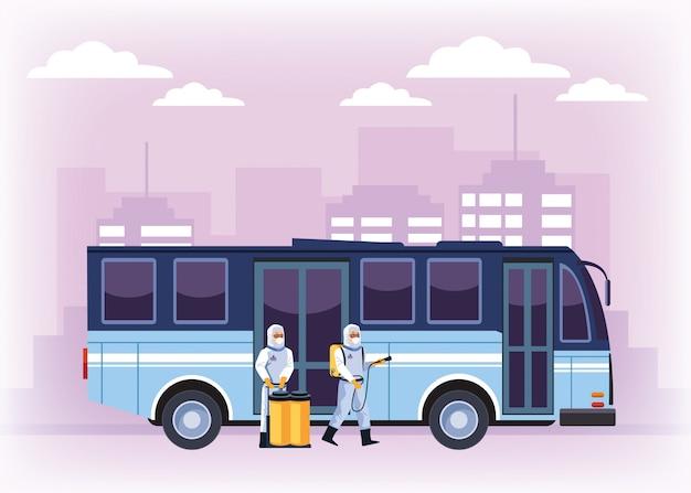 Travailleurs de la biosécurité avec bus de désinfection de pulvérisateurs pour covid19