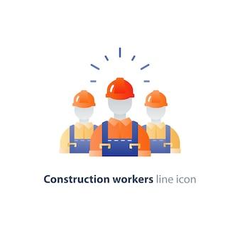 Travailleurs de la construction en casque et combinaison, constructeurs en uniforme