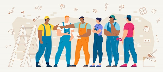 Travailleurs de la construction discutant du plan de travail