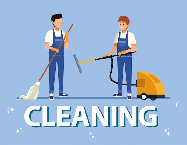 Les travailleurs masculins de l'équipe de ménage avec des outils d'équipement