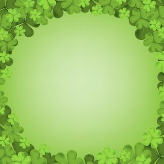 Trèfle irlandais qui tombe des feuilles isolées sur fond vert