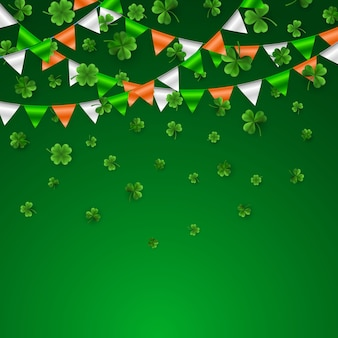 Trèfles à quatre feuilles et arbres verts avec guirlande de drapeaux